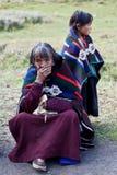 Verticale de femme tibétaine dans des vêtements nationaux Photos libres de droits