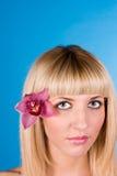 Verticale de femme très belle avec l'orchidée images stock