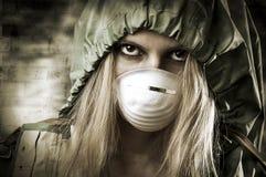Verticale de femme triste dans le masque respiratoire image libre de droits