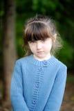 Verticale de fille adorable d'enfant dans la forêt d'automne Image libre de droits