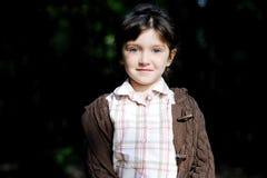 Verticale de fille adorable d'enfant dans la forêt d'automne Photos stock