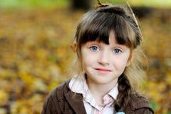 Verticale de fille adorable d'enfant dans la forêt d'automne Photos libres de droits