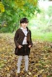 Verticale de fille adorable d'enfant dans la forêt d'automne Photographie stock libre de droits