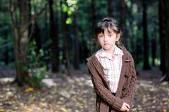 Verticale de fille adorable d'enfant dans la forêt d'automne Photographie stock