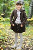 Verticale de fille adorable d'enfant dans la forêt d'automne Photo libre de droits