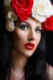 Verticale de fille assez jeune avec des roses Photographie stock libre de droits