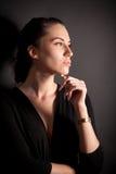 Verticale de fille attirante de brunette au-dessus de noir photos libres de droits
