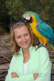 Verticale de fille avec le perroquet Photo libre de droits