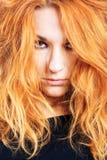 Verticale de fille avec les poils rouges Image libre de droits