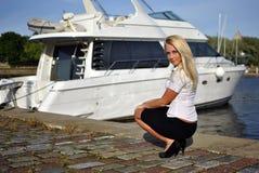 Verticale de fille blonde Photo libre de droits
