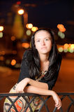 Verticale de fille contre la ville de nuit Photographie stock libre de droits