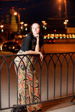Verticale de fille contre la ville de nuit Images libres de droits