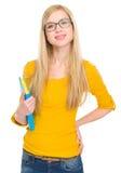 Verticale de fille d'étudiant en glaces avec le livre Photo libre de droits