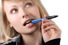 Verticale de fille d'affaires avec le crayon lecteur Photographie stock libre de droits