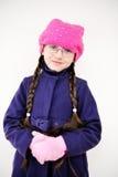 Verticale de fille d'enfant avec le tresse dans le barret rose Images libres de droits
