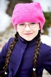 Verticale de fille d'enfant avec le tresse dans le barret rose Photos stock