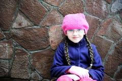Verticale de fille d'enfant avec le tresse dans le barret rose Photographie stock libre de droits