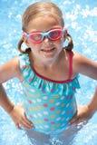 Verticale de fille dans la piscine photo stock