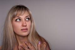 Verticale de fille de blonde. Photographie stock libre de droits