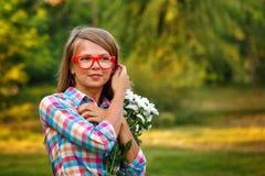 verticale de fille de fleurs Image libre de droits
