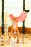 Verticale de fille de l'adolescence de danse dans le procès est Photo libre de droits