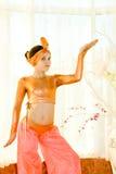 Verticale de fille de l'adolescence de danse dans le procès est Photos libres de droits