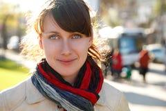 Verticale de fille de sourire avec l'écharpe lumineuse Photographie stock