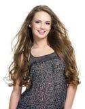 Verticale de fille de sourire heureuse avec de longs poils Photo libre de droits