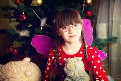 Verticale de fille féerique devant l'arbre de Noël Photographie stock libre de droits