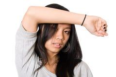 Verticale de fille fatiguée avec une main sur un front Photographie stock libre de droits