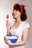 Verticale de fille heureuse avec l'observation de lucette et de maïs éclaté Photos stock