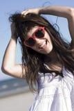Verticale de fille heureuse avec les lunettes de soleil élégantes Image stock