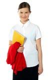 Verticale de fille heureuse d'école, posant Image libre de droits