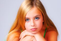 Verticale de fille mignonne Photo libre de droits