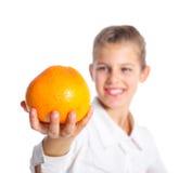 Verticale de fille mignonne avec l'orange Photographie stock libre de droits