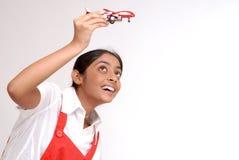 Verticale de fille retenant des aéronefs de jouet Photos stock