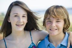 Verticale de frère et de soeur à l'extérieur Photographie stock libre de droits