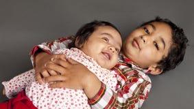Verticale de frère et de soeur nouveau-née Photo libre de droits