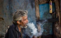 Verticale de fumage Photos libres de droits