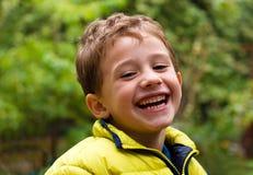 Verticale de garçon heureux images libres de droits