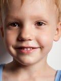 Verticale de garçon heureux de sourire Photo libre de droits