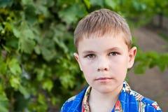 Verticale de garçon sérieux de 8 ans Photographie stock libre de droits