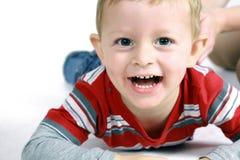 Verticale de garçon souriant à l'appareil-photo Images libres de droits