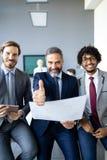 Verticale de gens d'affaires heureux Concept des affaires financières, d'assurance et de vente photographie stock libre de droits