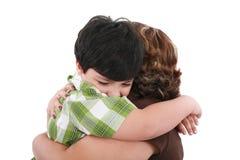 Verticale de gosse heureux embrassant sa mère Images stock