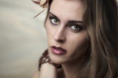 Verticale de jeune belle femme Image stock