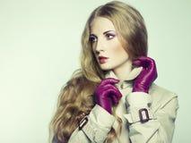 Verticale de jeune belle femme dans les gants pourprés photo libre de droits