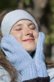 Verticale de jeune belle femme en clothi de l'hiver Image stock