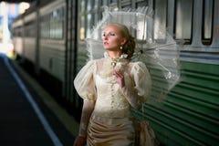Verticale de jeune belle mariée avec du Ne de parapluie Image libre de droits