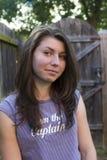 Verticale de jeune brunette photographie stock libre de droits